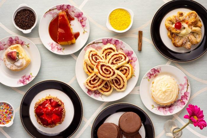 摂取カロリーを増やして意図的に飢餓状態を脱するわけですが、いくら食べてもいいわけではありません。数字でいうと、消費カロリー(基礎代謝量)よりも摂取カロリーを減らしていたところを、逆転して消費カロリーより摂取カロリーを多くします。ダイエット中のカロリーの3~4倍が上限とされています。