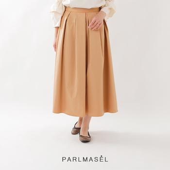 ふんわりとした女性らしさと上品さを演出してくれるミモレ丈のフレアスカートは、履くだけでオフィスにふさわしい着こなしが完成。撥水加工が施されたスカートなら急な雨でも安心♪