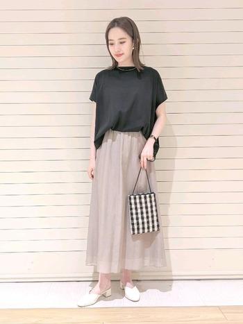 カットソーとスカートのシンプルな組み合わせも、きちんと感のある素材を選ぶことで女性らしいエレガントさが。コットンシルク生地のロングスカートは、大人っぽくもリラックス感が。