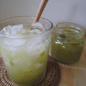 爽やかなルバーブ×ソーダ水の、夏には絶対に美味しい一杯。グリーンはもちろん、赤のルバーブジャムでも、見た目から美しい色合いのドリンクが出来上がりそうですね。ミキサーにあけてスムージーにしても美味しそう♪