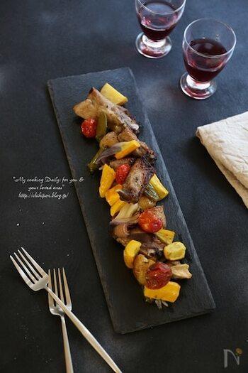 スペアリブをルバーブジャムに漬け込んで焼き上げると、お店で食べる様な本格的な一品に。ジャムの甘さによって仕上がりの味が変わるので、量はお好みで調節してくださいね。
