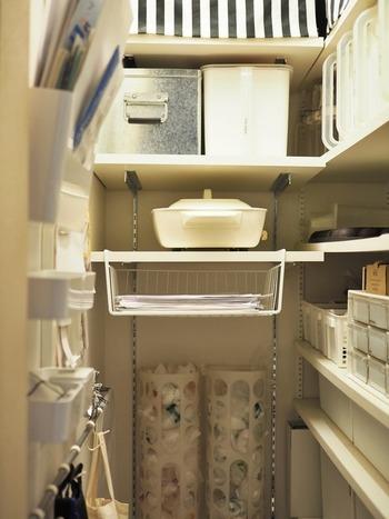 こちらのお宅では、絡まりやすいコード類や水筒ケースを掛けて収納するようになってから、スペースに余裕ができて物の出し入れもしやすくなったのだそう。