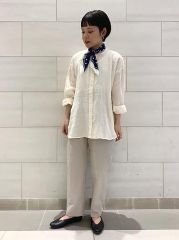 ハリ感のあるワイドパンツの上に、ふんわりとしたスタンドカラーシャツをさらりと羽織った涼しげな着こなし。スカーフを首元にくるりと巻けばエレガントな印象に。