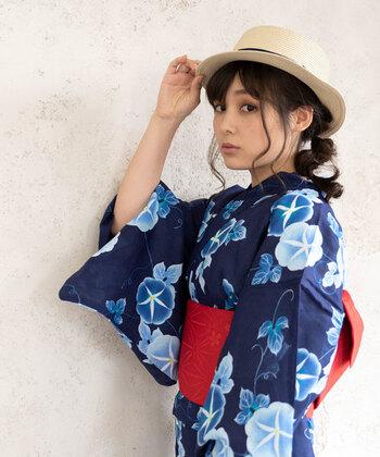 遊び心を加えて粋に着こなしたいなら、帽子をプラス。 ストローハットは日本の伝統的な帽子でもあるので、意外にもしっくりきます。つばが小さめのものが合わせやすくて◎