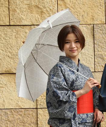 グッと優雅な印象になる日傘。 浴衣と合わせる場合は、白やベージュ、紺などのベーシックカラーのシンプルなもの、または和柄のものがおすすめです。
