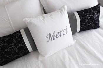 """カバーとクッションがセットになっているタイプもあります。""""Merci""""と刺繍文字が描かれたクッションもフレンチシックで素敵ですね♪"""