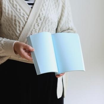 無地だからこそ、あえて白い紙以外のノートを選ぶのもあり◎リラックス効果のあるクリーム色で想像力が上がったり、青色は集中力UP、灰色や黒色は記憶力を高めてくれます。ロマンチックな気分になれる淡いピンク色のノートに、好きな人の好きなところを書いてみるのはいかが?