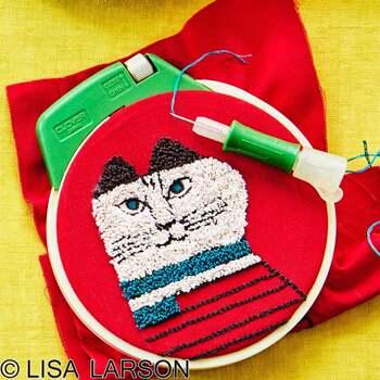 専用のハリに糸を通したら、布の表面に針を刺していくだけで糸が布に引っかかって刺繍のようになります。チクチク刺していけば、どんどん刺繍が完成していくのが楽しいフリーステッチングです。キットがあるので、こんな本格的な刺繍も簡単に作ることができますよ。