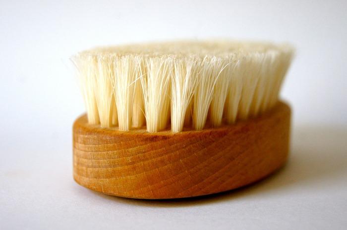 消臭剤をかけるだけで収納してしまいがちなアウターですが、それだけでは毛玉ができてしまいます。着用後は優しくブラッシングし、付着したほこりを取り除いて毛玉を予防しましょう。生地の状態がよくなり、大切なアウターを長持ちさせてくれます◎