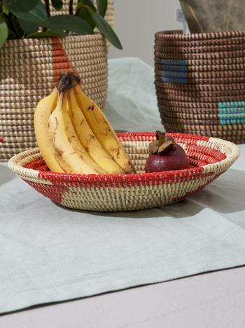 色違いにはレッドがあります。適度な深さで果物はもちろん、雑貨を入れておくのにも重宝しそうです。サイズは8×25cmです。