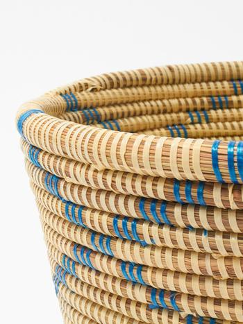 バスケットのダイヤ模様は、ビニールテープを巻きつけて表現しています。螺旋状に巻きつけられたテープで、水草だけとは違う光沢と質感が生まれます。