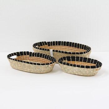 パピルスやバナナの茎の皮で作られた浅い作りのバスケットです。3個セットになっています。口が広いから、物の出し入れがしやすくて毎日使いのアイテムを収納するのに向いていますね。