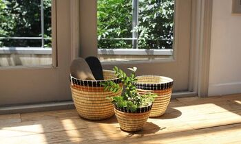シックな色合いで、ナチュラル&シンプルなインテリアにぴったりです。鉢植えとして使ったり、スリッパ入れに使ったり・・・。3つあるとお部屋に統一感が出ますね。