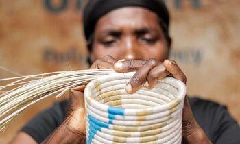 製作は、UNHCRと協力してタンザニア北西部の難民の職人によって行われています。伝統を守り、社会的にも貢献できる商品ですね。