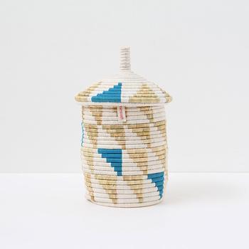 スターグラスとパピルスで作られた個性的なバスケットです。円筒形の胴部に円錐形のふたが付いた様子は、まるでお家のようにも見えます。直径16cm、高さ30cm前後のサイズです。