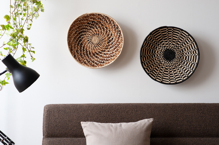 網目模様が美しいバスケットは、そのまま飾って楽しんでも素敵です。壁に飾れば、置いて見るのとは違った表情で新鮮です。