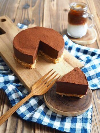 しっとりとしたチョコレートケーキも、ヨーグルトでヘルシーに作れます。水切りをしたヨーグルトと、加熱して溶かした板チョコを混ぜて、冷やし固めるだけの簡単本格レシピ。ヨーグルトを使っているとは思えない、濃厚な味わいです。来客時にもおすすめのデザートですよ。
