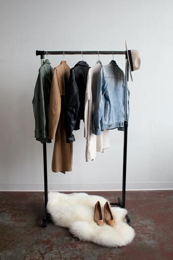 トレンドアイテムを買う前に、手持ちの洋服との組み合わせを思い浮かべてみましょう。コーディネートがすぐに思いつかないと、さらに他の服を買い足す必要があり、出費がかさんでしまいがち。  その場で似たような服を見つけて合わせてみたり、買い物に行く前にクローゼットやタンスの中をスマホで撮影しておくのも良いでしょう。