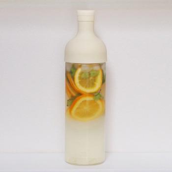ワインボトルのような見た目がおしゃれなジャグです。冷蔵庫のポケットに入れられる他、横に置いても大丈夫です。