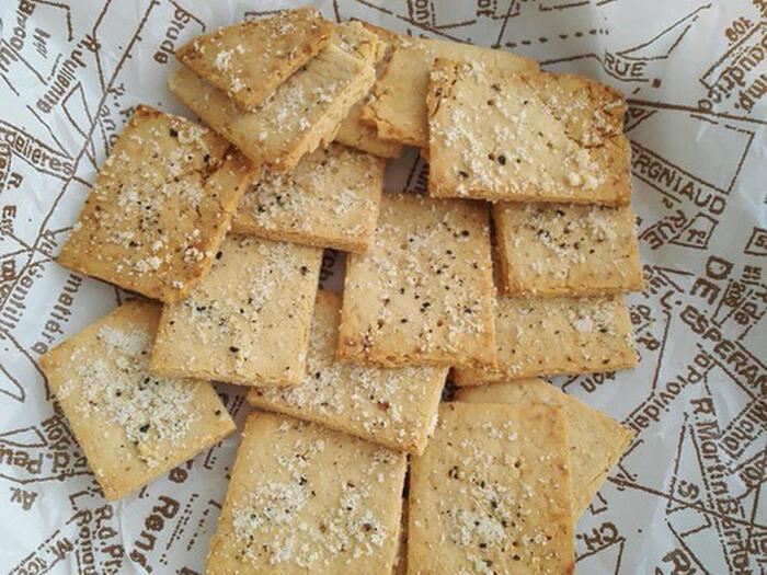 小腹が空いたらポリポリつまめる、おからのチーズクラッカー。塩味なのでおつまみにも良さそう。材料を混ぜて薄く伸ばすだけなので、普段お菓子作りをしない人でも作れるのが嬉しいですね。