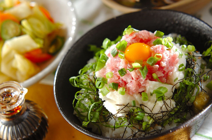 まぐろを叩いたものにとろろを合わせ、うずらの卵をトッピング。豪快に楽しめるとろとろ食感の丼です。あとは、副菜が一品あれば、栄養バランスも整いますね。