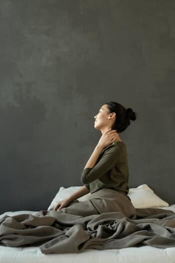 首や肩をほぐすことで背中側の筋肉は緩みますが、胸の筋肉は固いまま。緩んだ分さらに縮んで引っ張りが強くなってしまいます。そうすると前後の筋肉のバランスが崩れ、せっかく緩んだ首や肩の筋肉は、上手く動くことができず凝り固まってしまう…という悪循環にもなりかねません。