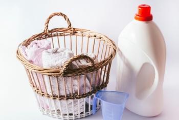 汗による黄ばみを落とすには、主成分が過酸化水素の酸素系漂白剤を使いましょう。漂白剤はほかに粉末タイプや、塩素系漂白剤もあるのでよく確認してくださいね。