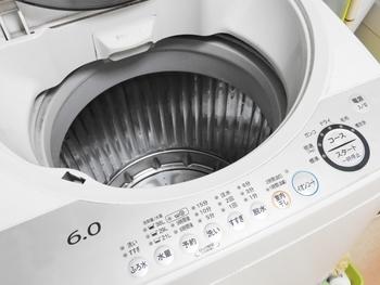 黄ばみや染みなど目立った汚れがない場合は、洗濯機のドライ(手洗い)コースで洗うと楽チンです。おしゃれ着用の洗剤を使えば、洗濯機でも手洗い表示のものが洗えますよ。畳んでネットに入れ、洗濯物の量を少なめにして洗いましょう。