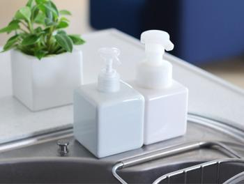 歯ブラシを使ってクレンジングオイルを汚れの部分になじませます。そのあと、食器用洗剤を上からなじませましょう。汚れとクレンジングのオイル分を落とすためです。40℃くらいのお湯につけながらつまみ洗いをし、通常の洗濯を行います。