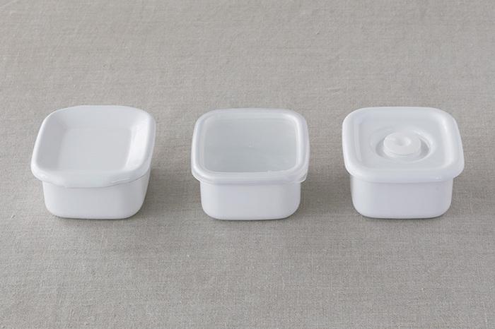 嬉しいことにそれぞれの容器に3タイプのフタがあり、用途によって選ぶことができます。画像左から見た目もスッキリする「琺瑯蓋」、中身が見やすい「シール蓋」、しっかりと密閉できる「密閉蓋」。それぞれ使い勝手が良く、単品でも購入が可能なのでいくつか購入して用途によって使い分けても便利です。