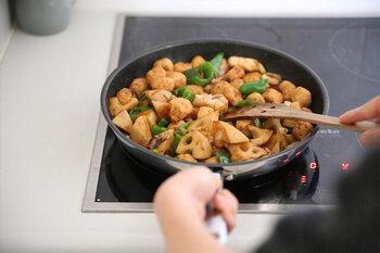 お弁当において、煮物やソース類など水分の多い食材も菌の繁殖が早く、お弁当を傷めてしまうので極力避けたいところです。  【煮物】は、汁気を飛ばすよう炒り煮に。【ソース類】は直におかずにかけるのではなく、たれびんやお弁当用の小さいソースを添えるなど、うっかり漏れが起きないよう注意しましょう。