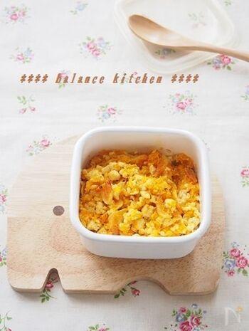 カロテンたっぷりのにんじん、カルシウムと香りのいい桜海老を加えたヘルシーな豆腐そぼろ。ふりかけ替わりにご飯にかけて食べたい栄養満点な常備菜です。