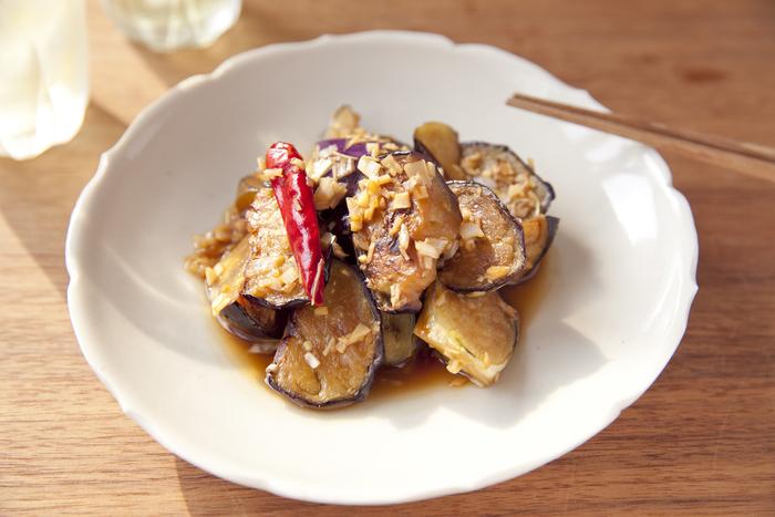 ニンニク、ショウガ、長ねぎなど香味野菜がたっぷり入った、食欲のない暑い日に特におすすめのなすの焼き浸し。一晩冷やしてからいただいても美味しいので、作り置きにも最適のレシピです。