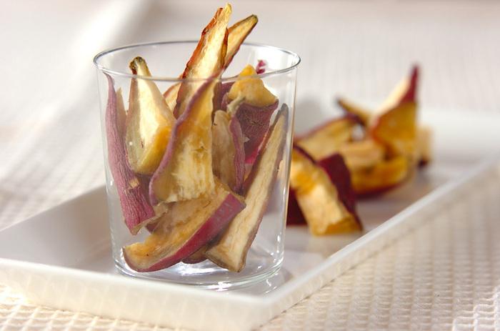 おやつや、ちょっと小腹がすいたとき、お客様のお茶うけや、肉料理に添えたり、お弁当のデザート代わりに入れたり、あれこれ使える干し芋。冷凍保存が可能なので、サツマイモの美味しい季節に作っておくと色々と活躍してくれます。