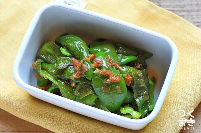 食卓やお弁当にグリーンの彩りがあると、さわやかで食欲もそそられます。こちら、出汁のうま味がたっぷりしみ込んだピーマンの焼きびたしは、焼いて和えるだけの簡単レシピで、冷めても美味しくいただけます。