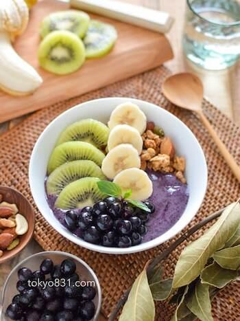 ブルーベリーとバナナと牛乳でスムージーを作って、グラノーラとフルーツをトッピング。フルーツの組み合わせは、お好みのものに変更OK。ヘルシーだけどボリュームたっぷりなレシピです。
