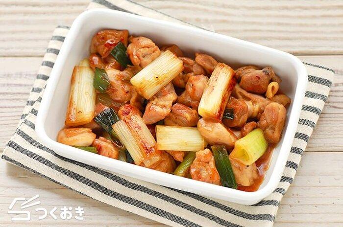 時間がないときに助かるシンプルに作れる炒め物。焼き鳥の「ねぎま」のような味付けの鶏肉と長ねぎの甘辛炒めは、ご飯にもお酒にも合い、食べすぎ飲み過ぎにご注意を。