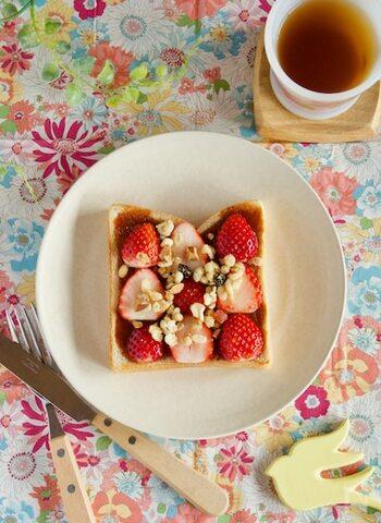 グラノーラとトーストの組み合わせは、意外にも相性◎。グラノーラの食感がアクセントになります。いちごとキャラメルもプラスして、贅沢なトーストの完成です。