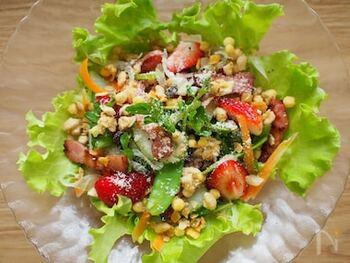 野菜と苺のサラダにグラノーラをトッピングしたレシピ。グラノーラのサクサクとした食感が楽しいサラダです。苺の甘さと酸味で最後までおいしく食べられます。