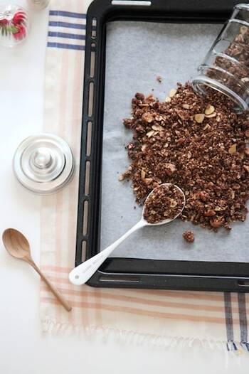 子どもも大好きなチョコ風味のグラノーラです。ココアパウダーを使用することで、ムラなく味付けすることができますよ。ヨーグルトや牛乳などいろいろな食材とマッチするので、ストックしておきたいグラノーラレシピです。