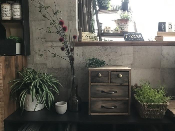 セリアの木箱と合板で作る小物収納棚。ブラックの絵の具を薄く塗ることで古材風の仕上がりに。工程はシンプルですが、まず合板をカットするところから始めるので、DIYに慣れてる方や手の込んだものが作りたい方におすすめです。