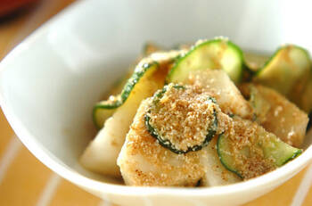 この季節、和食では梨を取り入れた料理がみられるようになります。ゴマ酢和えはその代表的な一皿。すっきりした甘さの梨と香ばしいゴマ、お酢の酸味は絶妙な組み合わせ。