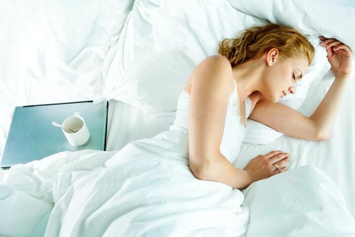 産毛ケア直後のデリケートなお肌にたくさんメイクしたり、外の紫外線などの刺激を受けてしまうと、肌トラブルを引き起こしてしまう可能性があります。顔の産毛処理はできれば夜に行うのがおすすめ。睡眠中に肌をしっかり休ませてあげましょう。