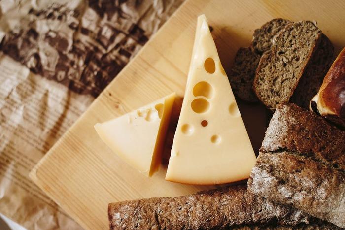 チーズフォンデュに使われるチーズとして有名な「エメンタールチーズ」。ほんのりと甘く、おだやかで淡白な味わいです。そのまま食べるのはもちろん、火に通すとさらに旨みが増すので、チーズフォンデュに最適。