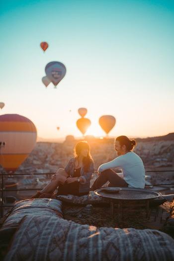 パートナーだからこそ感情をそのままにぶつけられるけれど、売り言葉に買い言葉になる場合も。アイ・メッセージを使い、互いを思いやって伝えてみませんか?  例1) ◆ユー・メッセージ 「(あなたは)少しは家事を手伝って。」 ◇アイ・メッセージ 「家事を分担してもらえると(私は)助かる。」  例2) ◆ユー・メッセージ 「あなたはいっつもそう!」 ◇アイ・メッセージ 「あなたがそう言う度に(私は)悲しい。」