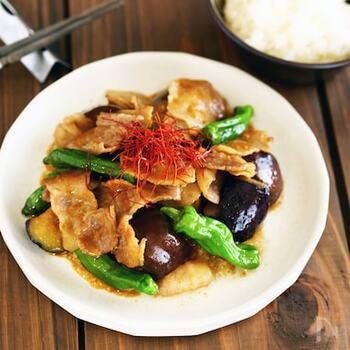 豚バラの薄切りも野菜もキッチンばさみでカット。ししとうは少しだけ切れ込みを入れておくと、破裂を防ぐことができます。ごろごろと入った大きめ野菜と焼き肉のたれが食欲をそそります。