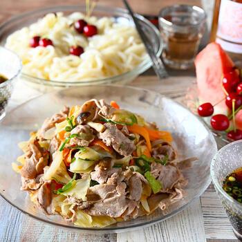 野菜炒め用のカット野菜を使ったレシピです。ポリ袋に野菜とオリーブオイルを入れ、しゃかしゃかと混ぜ合わせておきます。野菜とお肉を敷き詰めたフライパンは蓋をして蒸し焼きに。つきっきりで炒める必要もないので、その間に別の作業を進められますよ。