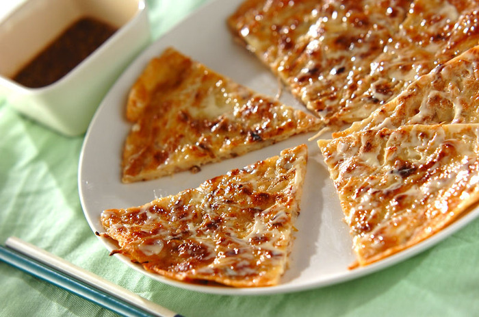 栄養豊富な節約食材のもやしは、袋から出して切る必要がないので時短調理に大活躍!ごま油を敷いたフライパンでカリッと焼けば、もやしのシャキシャキ食感と相まってやみつきになります。クリスピーピザ風なので、お酒のおつまみとしてもおすすめです。
