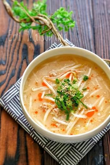 スープの具は豚ひき肉ともやしだけですが、もやしがたっぷりと入っているのでボリューム満点!食欲のない日には簡単に作れるスープで身体を労わりながら栄養補給をしましょう。豚肉には疲労回復、もやしは夏バテや二日酔いに効くと言われていますよ。