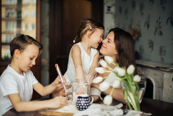 アイ・メッセージは「親業」で提唱されたものですので、育児にももちろん活用できます。しかし、自分の考えを確立しておらず公共の場のマナーもまだわからない子供。使用には一層の注意が必要かもしれません。  例) ◆ユー・メッセージ 「(あなたは)うるさい!(あなたは)静かにしなさい!」 ◇アイ・メッセージ 「(私は)今静かに過ごしたいな。(私は)もっと小さな声で離してくれると嬉しいな。」